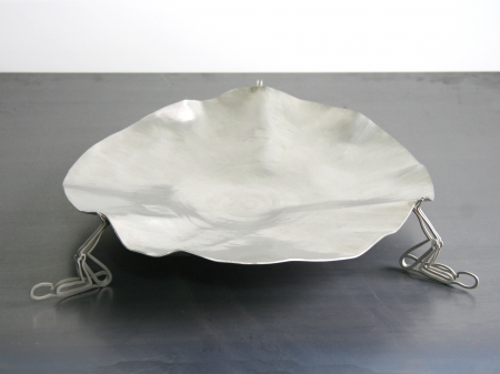 Knocked stainless steel bowl, with human thread figures as support. Measurements: 10 x 40 x 40 cm. 
